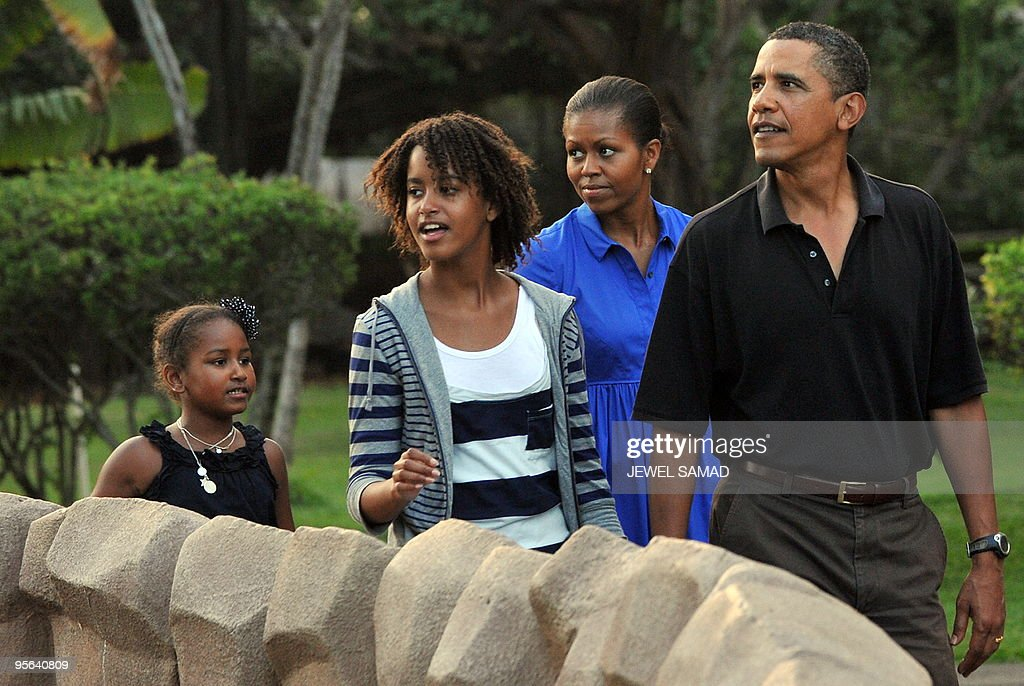 US President Barack Obama, First Lady Michelle Obama and their daughters Malia and Sasha visit the zoo in Honolulu, Hawaii, on January 3, 2010. AFP PHOTO/Jewel SAMAD