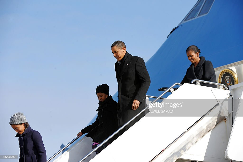 US President Barack Obama, First Lady Michelle Obama and their daughters Malia(L) and Sasha disembark from Air Force One at Andrews Air Force Base in Maryland on January 4, 2010 upon their return from vacation in Hawaii. AFP PHOTO/Jewel SAMAD