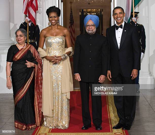 US President Barack Obama First Lady Michelle Obama Indian Prime Minister Manmohan Singh and his wife Gursharan Kaur pose for photographers at the...