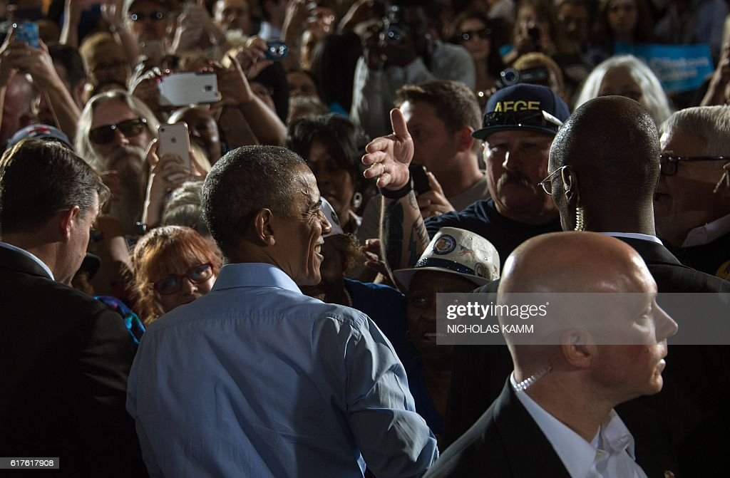 US President Barack Obama greets the crowd after speaking at a campaign event for Democratic presidential candidate Hillary Clinton in Las Vegas on October 23, 2016. / AFP / NICHOLAS