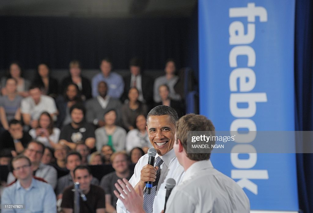 US President Barack Obama looks at Faceb : News Photo