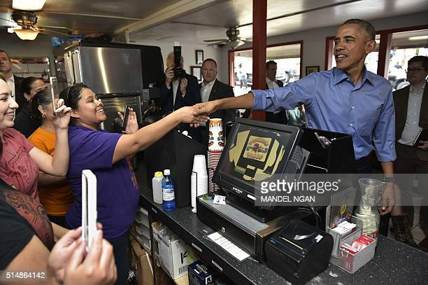 US President Barack Obama orders during a stop at Torchy's Tacos on March 11 2016 in Austin Texas / AFP / MANDEL NGAN