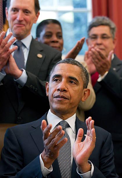 Photos Et Images De Obama Signs Korea Panama And Colombia Free