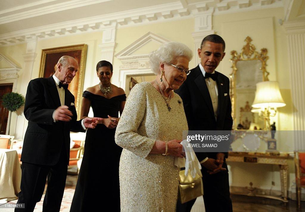 US President Barack Obama (R) sees off B : News Photo