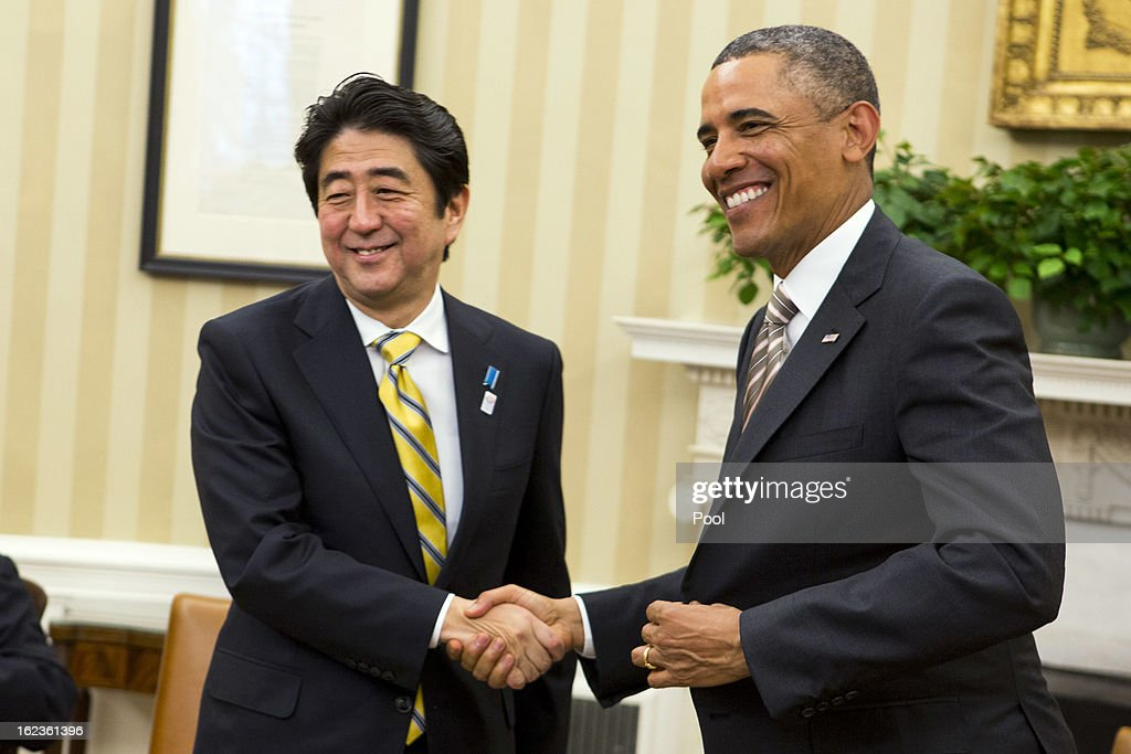 President Obama Meets With With Japanese Prime Minister Shinzo Abe : ニュース写真