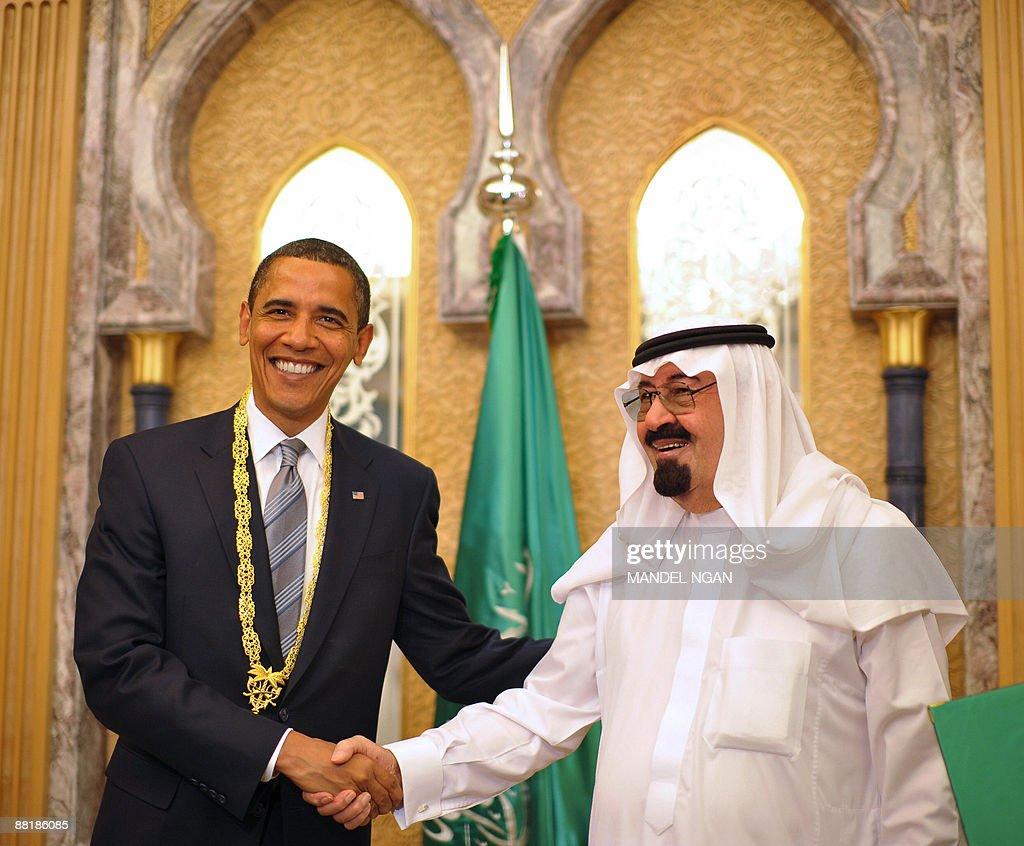 US President Barack Obama (L) shakes han : News Photo
