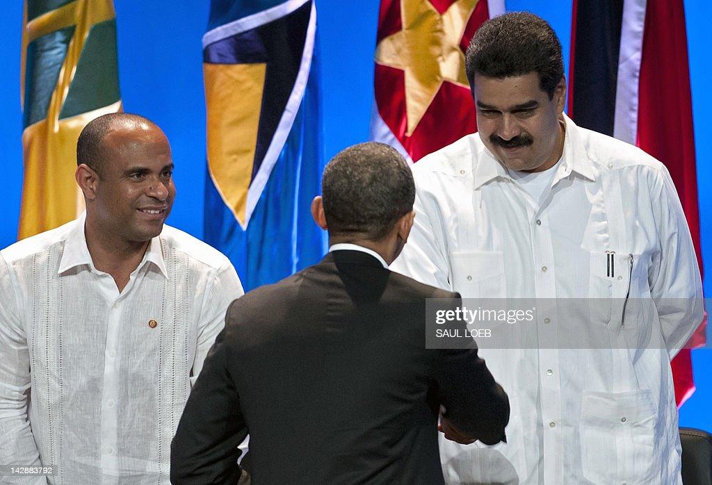 US President Barack Obama (C) shakes han : News Photo