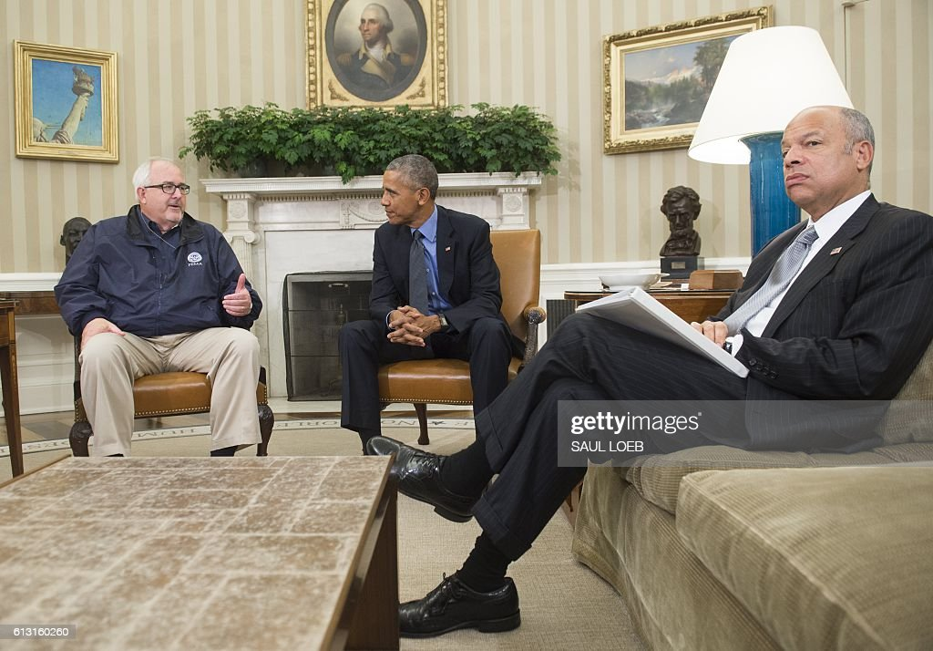 US President Barack Obama speaks alongside FEMA Administrator Craig Fugate (L) and Secretary of Homeland Security Jeh Johnson (R) about Hurricane Matthew following the Presidential Daily Briefing in the Oval Office of the White House in Washington, DC, October 7, 2016. Hurricane Matthew was downgraded to a Category Three storm Friday as it churned just off Florida and threatened to pummel the US southeast after wreaking havoc in the Caribbean. / AFP / SAUL