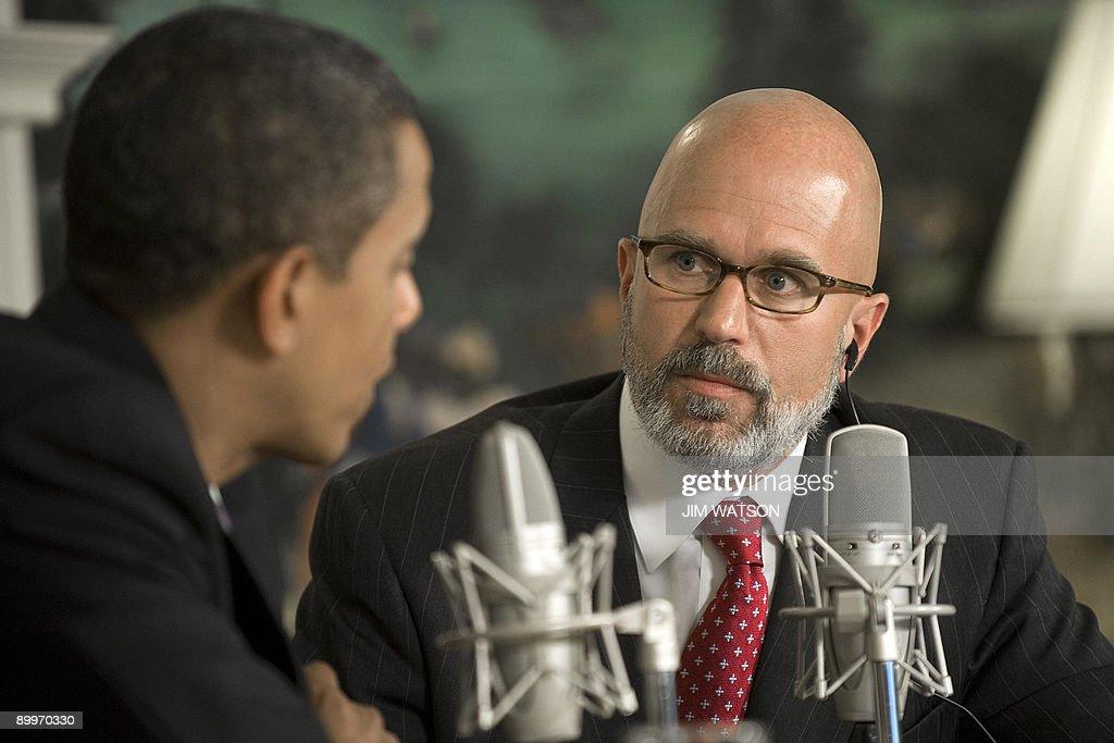 US President Barack Obama (L) speaks as : News Photo