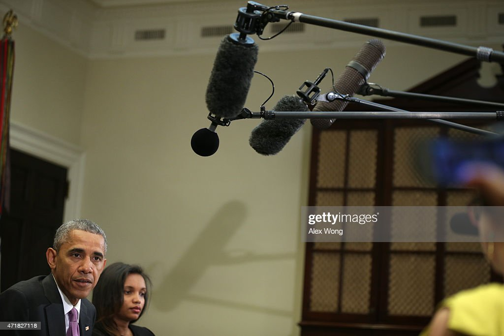 U.S. President Barack Obama (L) speaks as Simegnish 'Lily' Mengesha (2nd L) of Ethiopia listens during a roundtable with persecuted journalists at the Roosevelt Room of the White House May 1, 2015 in Washington, DC. President Obama held the meeting to mark World Press Freedom Day.