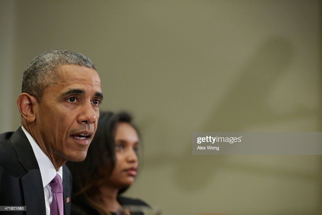 U.S. President Barack Obama (L) speaks as Simegnish 'Lily' Mengesha2nd L) of Ethiopia listens during a roundtable with persecuted journalists at the Roosevelt Room of the White House May 1, 2015 in Washington, DC. President Obama held the meeting to mark World Press Freedom Day.