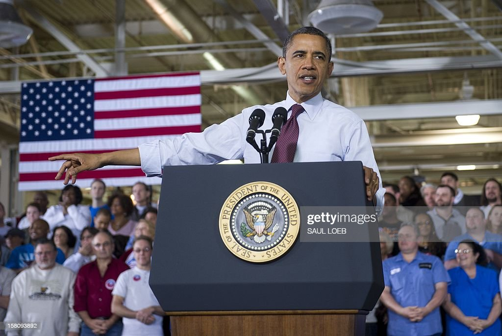 US President Barack Obama speaks on the economy and fiscal cliff negotiations after touring the Daimler Detroit Diesel Plant in Redford, Michigan, December 10, 2012. AFP PHOTO / Saul LOEB