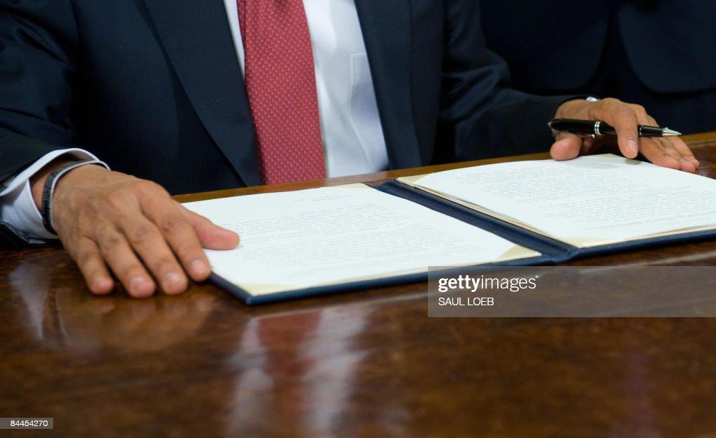 US President Barack Obama speaks while p : News Photo