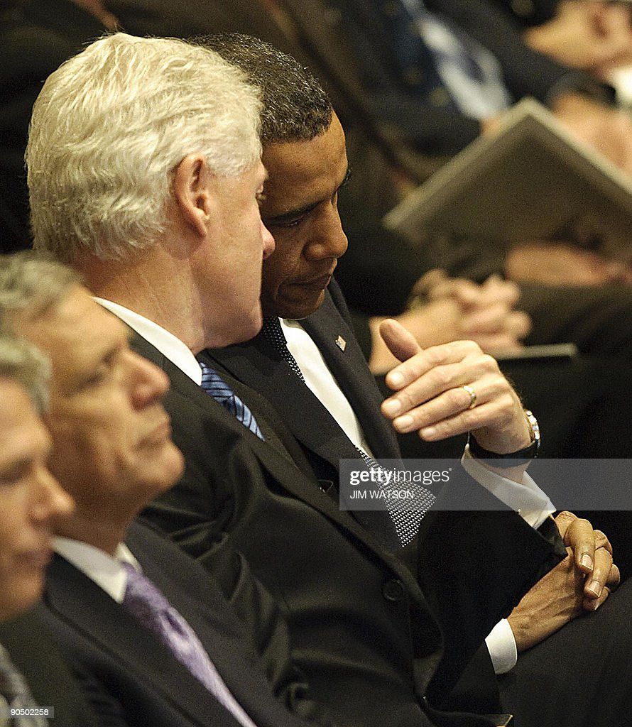 US President Barack Obama (R) speaks with former US President Bill Clinton (C) during a memorial service for CBS newsman Walter Cronkite at the Lincoln Center in New York on September 9, 2009. AFP PHOTO/Jim WATSON