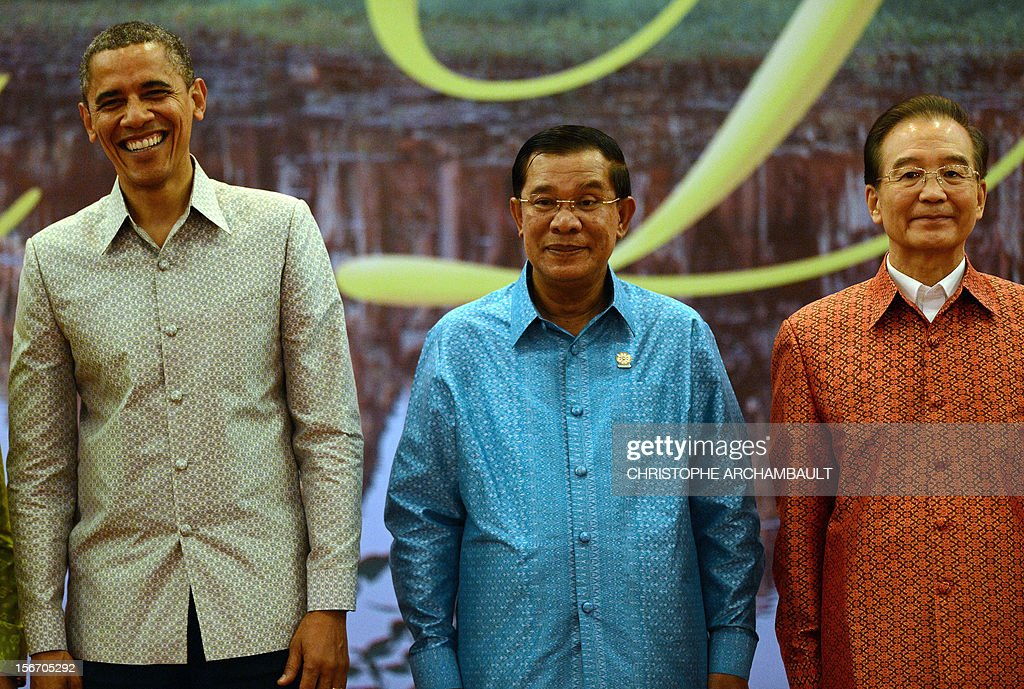 US President Barack Obama (L) stands with Cambodian Prime Minister Hun Sen (C) and Chinese Prime Minister Wen Jiabao during a family photo ahead of a gala dinner on the sidelines of the ASEAN and related summits in Phnom-Penh on November 19, 2012. US President Barack Obama told Cambodia's premier in a 'tense' meeting that his government's human rights violations were 'an impediment' to better bilateral ties, a US official said. AFP PHOTO/Christophe ARCHAMBAULT