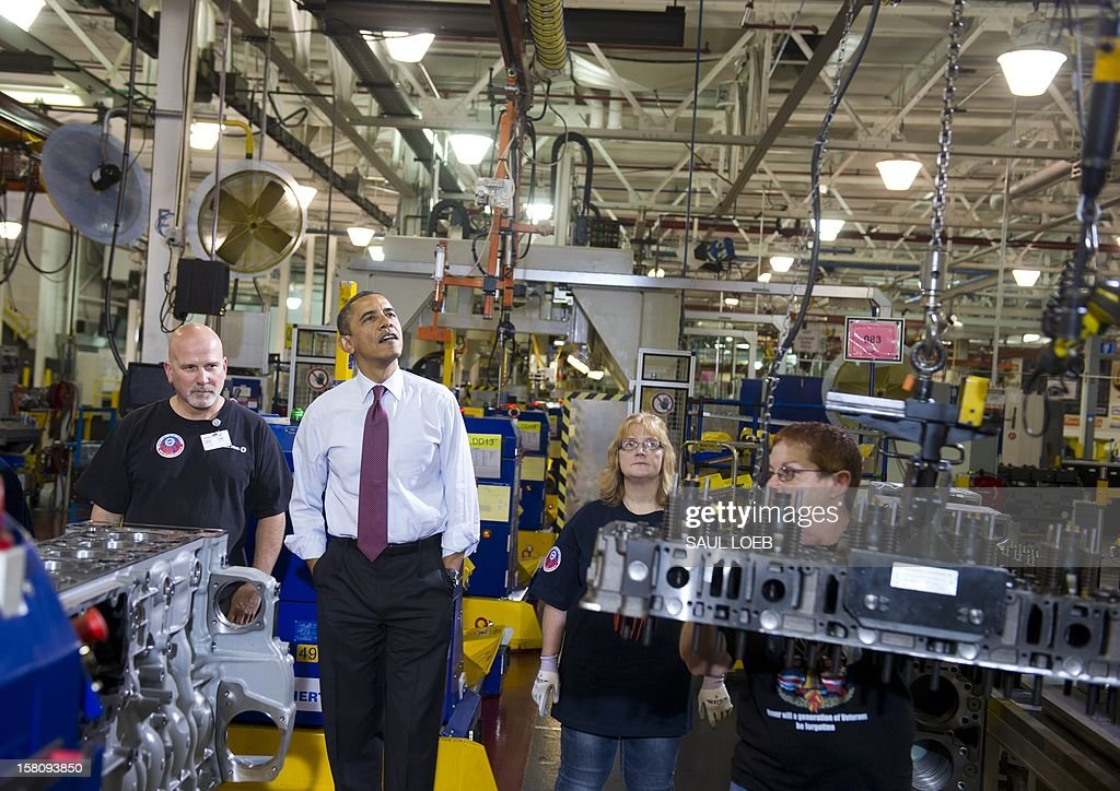US President Barack Obama talks with workers as they perform work on an engine during a tour of the Daimler Detroit Diesel Plant in Redford, Michigan, December 10, 2012, prior to speaking on the economy and fiscal cliff negotiations. AFP PHOTO / Saul LOEB