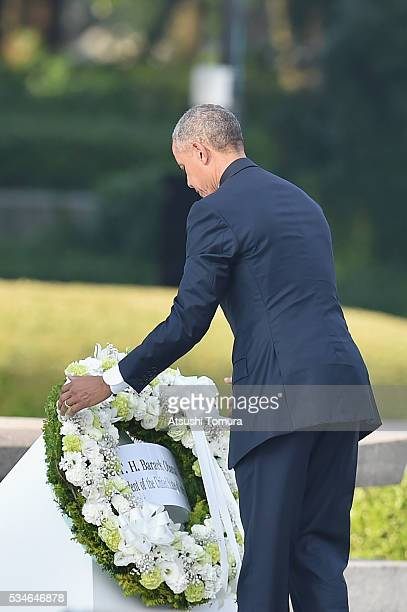 US President Barack Obama visits the Hiroshima Peace Memorial Park on May 27 2016 in Hiroshima Japan It is the first time US President makes an...