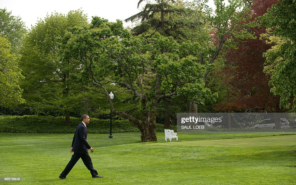 US President Barack Obama walks from Marine One after arriving on the South Lawn of the White House in Washington, DC, April 20, 2010. Obama traveled to Los Angeles, California, to attend Democratic fundraisers. AFP PHOTO / Saul LOEB