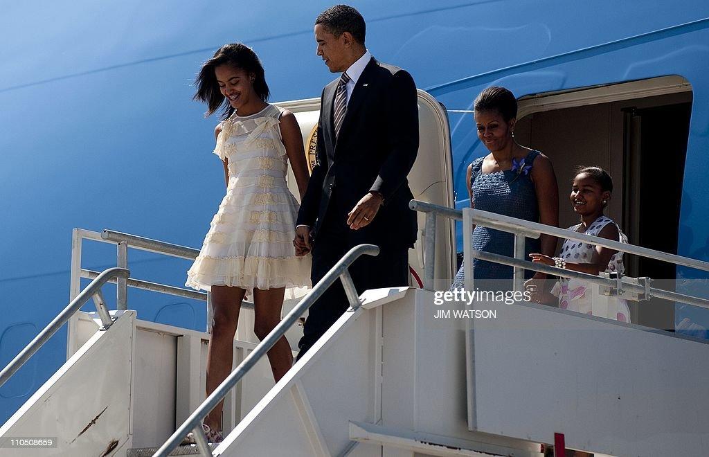 US President Barack Obama (C) walks off : News Photo