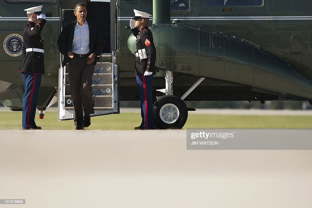 US President Barack Obama walks off Marine One at Chicago O' Hare International Airport to board Air Force One on May 28, 2010 enroute to New Orleans for a briefing on the federal government's response to the Gulf Coast oil spill. AFP PHOTO/Jim WATSON