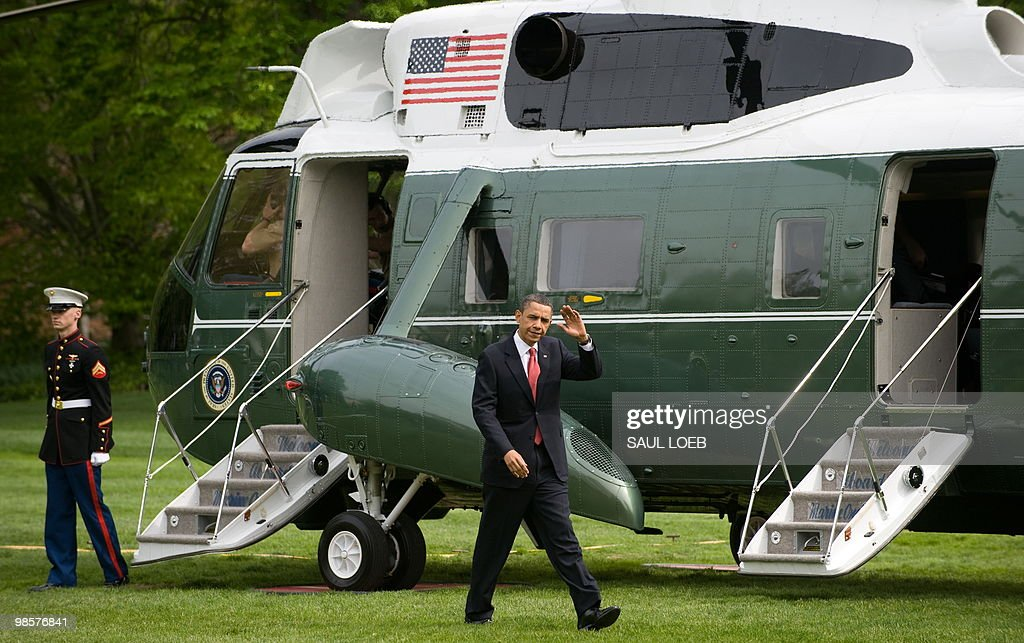 US President Barack Obama walks to the Oval Office after arriving on Marine One on the South Lawn of the White House in Washington, DC, April 20, 2010. Obama traveled to Los Angeles, California, to attend Democratic fundraisers. AFP PHOTO / Saul LOEB