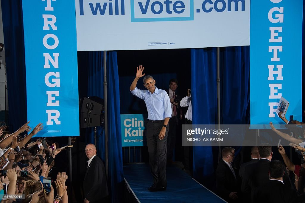 US President Barack Obama waves after speaking at a campaign event for Democratic presidential candidate Hillary Clinton in Las Vegas on October 23, 2016. / AFP / NICHOLAS