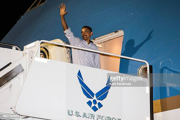 US President Barack Obama waves as he boards Air Force One on January 4 2014 upon departure from Joint Base Pearl HarborHickam in Honolulu Hawaii The...