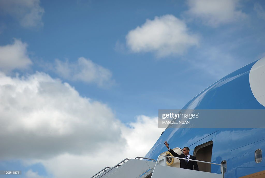 US President Barack Obama waves as he boards Air Force One on May 25, 2010 at Andrews Air Force Base in Maryland. Obama is heading to San Francisco to attend fundraisers for Senator Barbara Boxer and the Democratic Senatorial Campaign Committee. AFP PHOTO/Mandel NGAN
