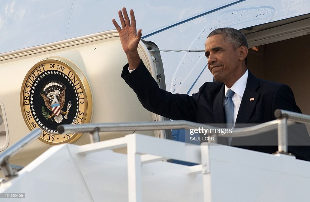 US President Barack Obama waves as he disembarks from Air Force One upon arrival at RAF Fairford in Gloucestershire, England, on September 3, 2014, on the eve of a NATO summit in Wales. AFP PHOTO / Saul LOEB