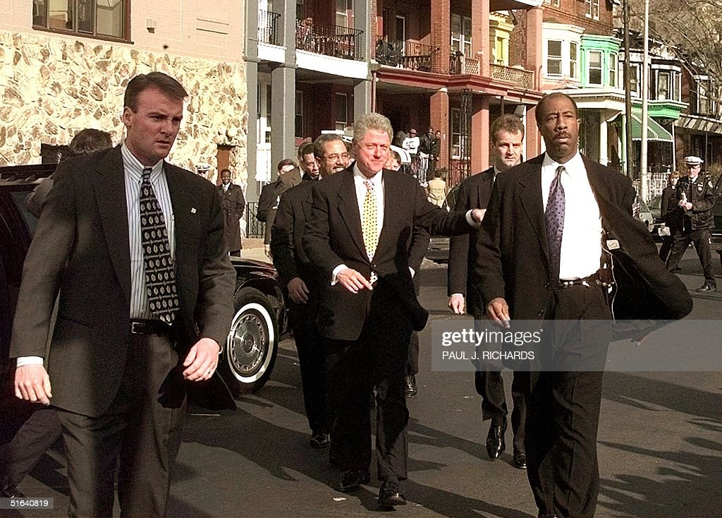 US President Bill Clinton (C) and his contingent o : News Photo