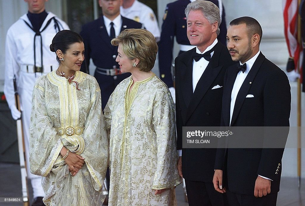 US President Bill Clinton (2nd R) and US First Lad : News Photo