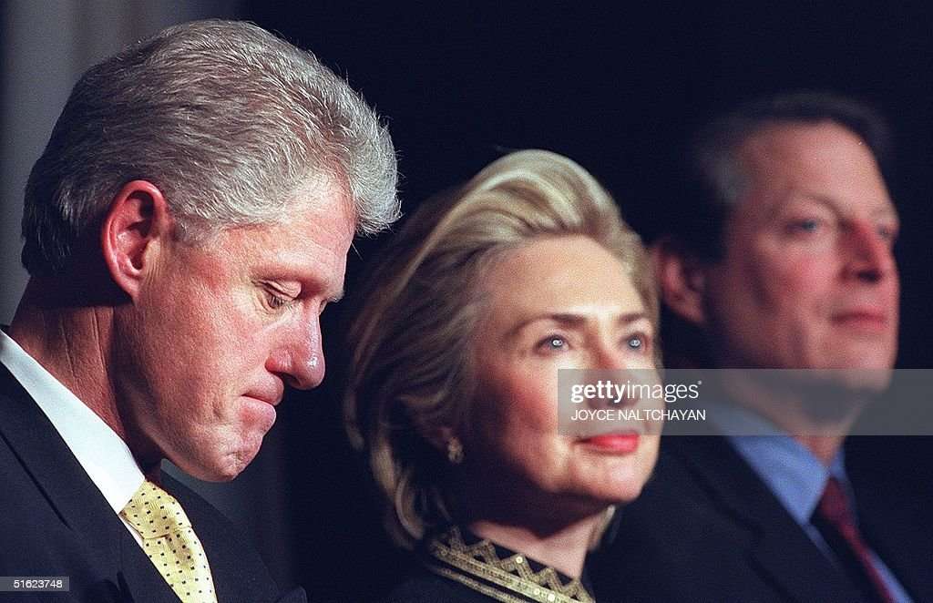 US President Bill Clinton (L), First Lady Hillary : News Photo
