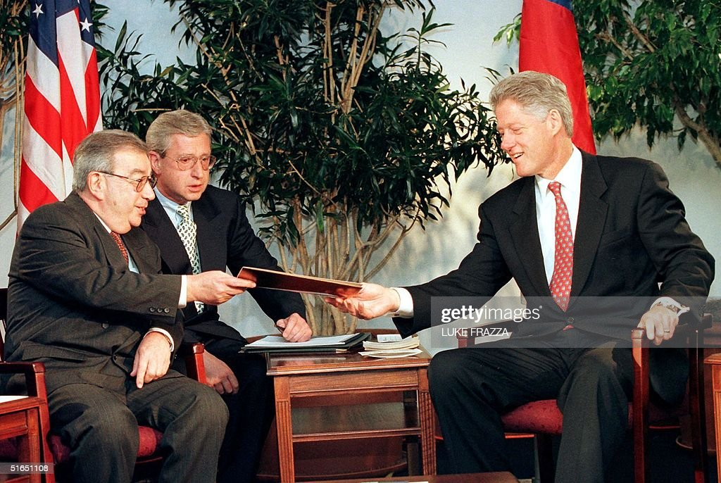 US President Bill Clinton (R) is given a letter fr : News Photo