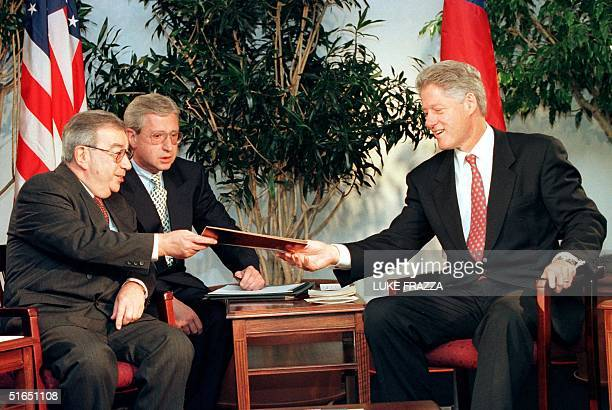 President Bill Clinton is given a letter from Russian President Boris Yeltsin by Russia's Foreign Minister Yevgeny Primakov 22 September in New York,...