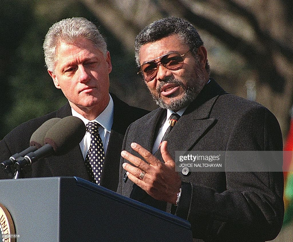 US President BIll Clinton (L) listens as Jerry Joh : News Photo
