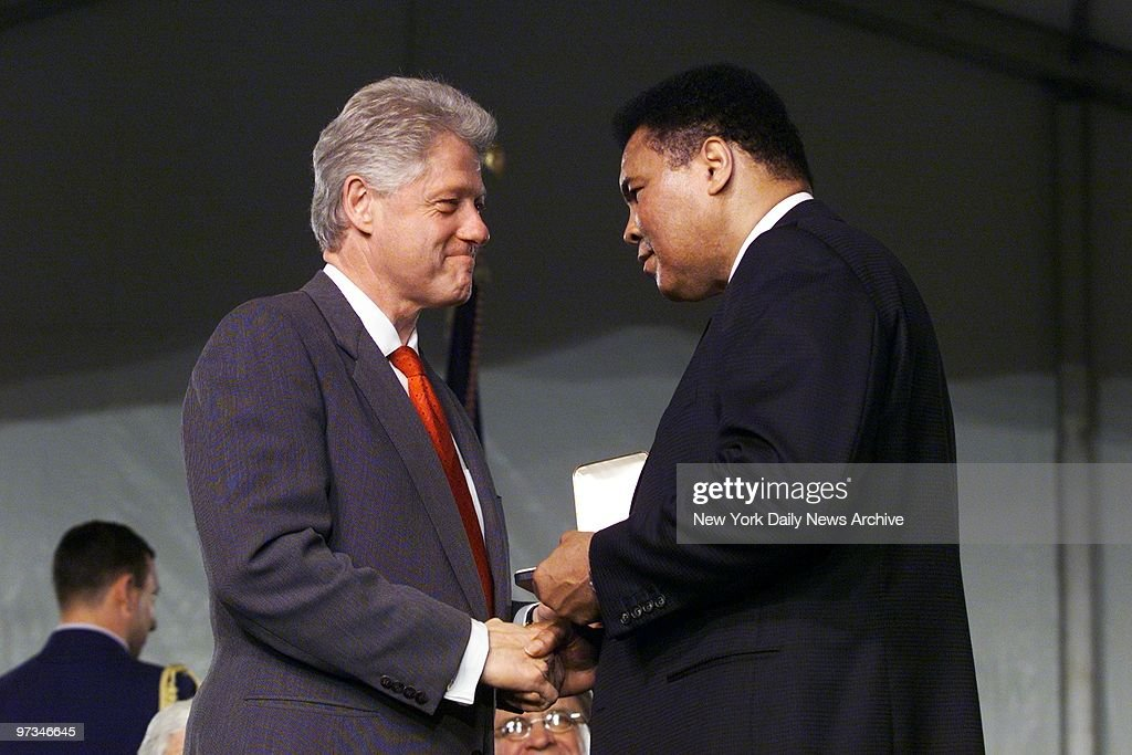President Bill Clinton shakes hands with Muhammad Ali after  : News Photo
