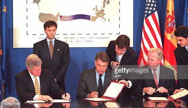 US President Bill Clinton Spanish Prime Minister Felipe Gonzalez and Jacques Santer president of the European Commission sign the EUUS Joint Action...