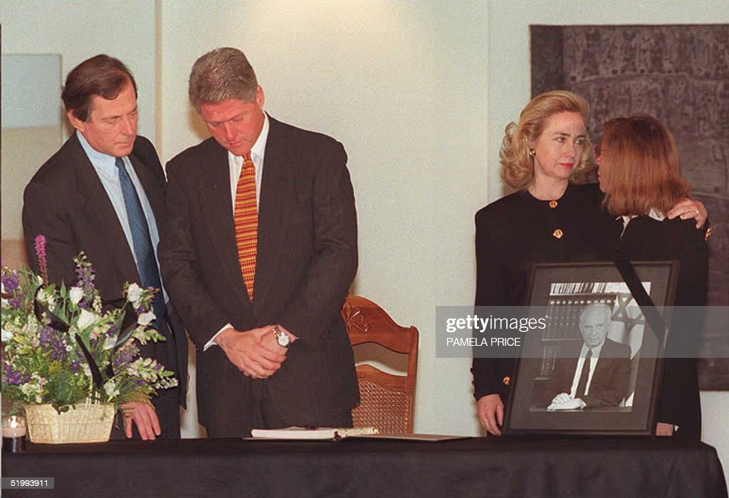 US President Bill Clinton(2nd L) stands before sig : News Photo