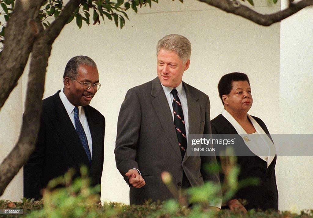 US President Bill Clinton (C) walks with Ernest Gr : News Photo