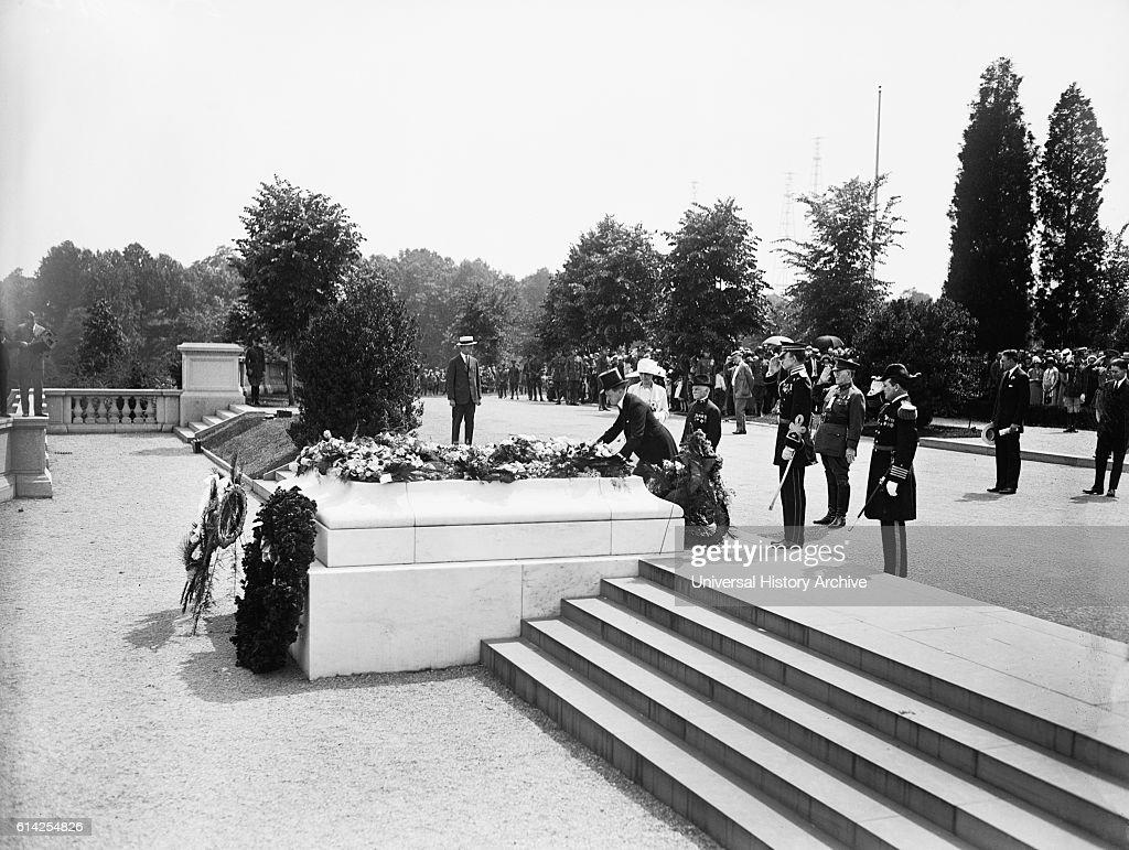 U.S. President Calvin Coolidge Laying Wreath at Tomb of Unknown Soldier, Arlington National Cemetery, Arlington, Virginia, USA, circa 1925 : News Photo