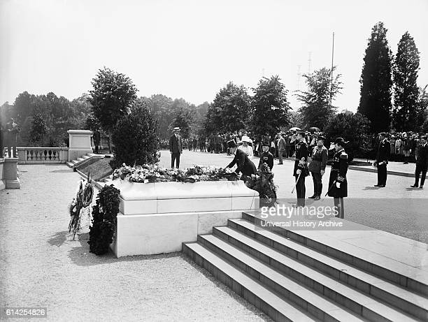 US President Calvin Coolidge Laying Wreath at Tomb of Unknown Soldier Arlington National Cemetery Arlington Virginia USA circa 1925