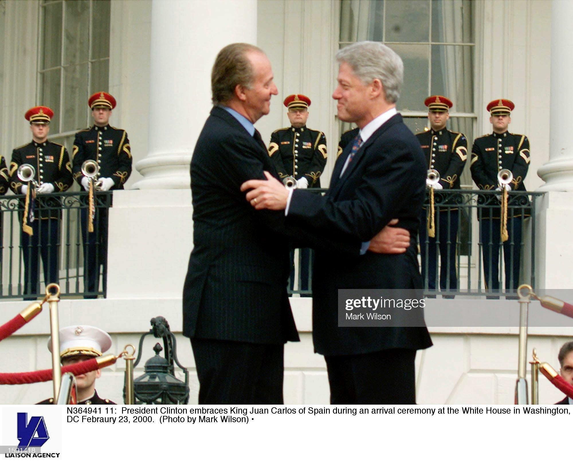 ¿Cuánto mide el Rey Juan Carlos I? - Altura - Real height - Página 2 President-clinton-embraces-king-juan-carlos-of-spain-during-an-at-picture-id1591418?s=2048x2048