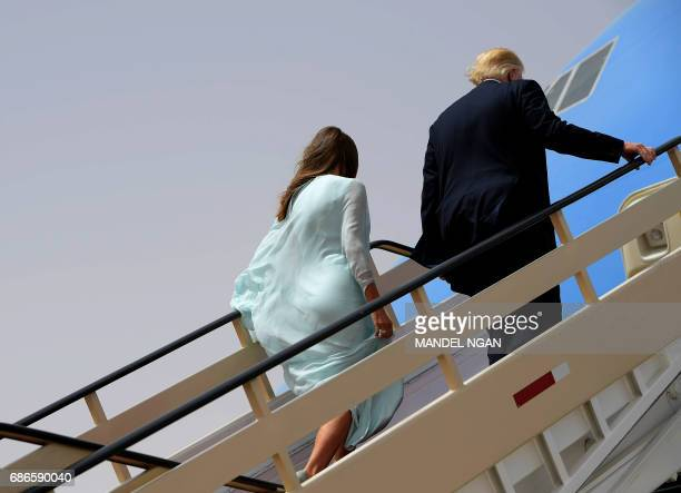 US President Donald Trump and First Lady Melania Trump board Air Force One in Riyadh as they head to Israel on May 22 2017 / AFP PHOTO / MANDEL NGAN