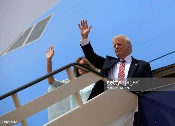 US President Donald Trump and First Lady Melania Trump wave as they board Air Force One in Riyadh as they head to Israel on May 22 2017 / AFP PHOTO /...