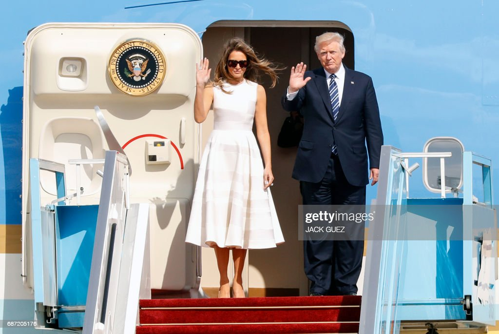 President Donald Trump (R) and First Lady Melania Trump wave goodbye as they board Air Force One at Ben Gurion International Airport in Tel Aviv, prior to their departure for Rome on May 23, 2017. / AFP PHOTO / Jack GUEZ