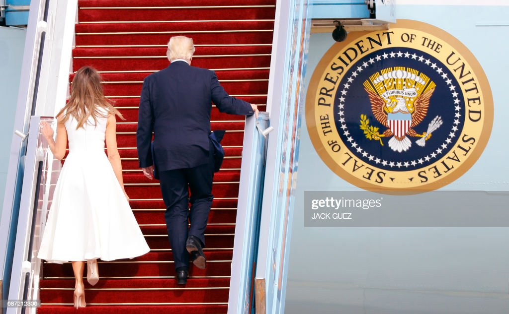 US President Donald Trump (R) and his wife, First Lady Melania Trump, board Air Force One from Ben Gurion International Airport in Tel Aviv on May 23, 2017, bound for Rome. / AFP PHOTO / Jack GUEZ