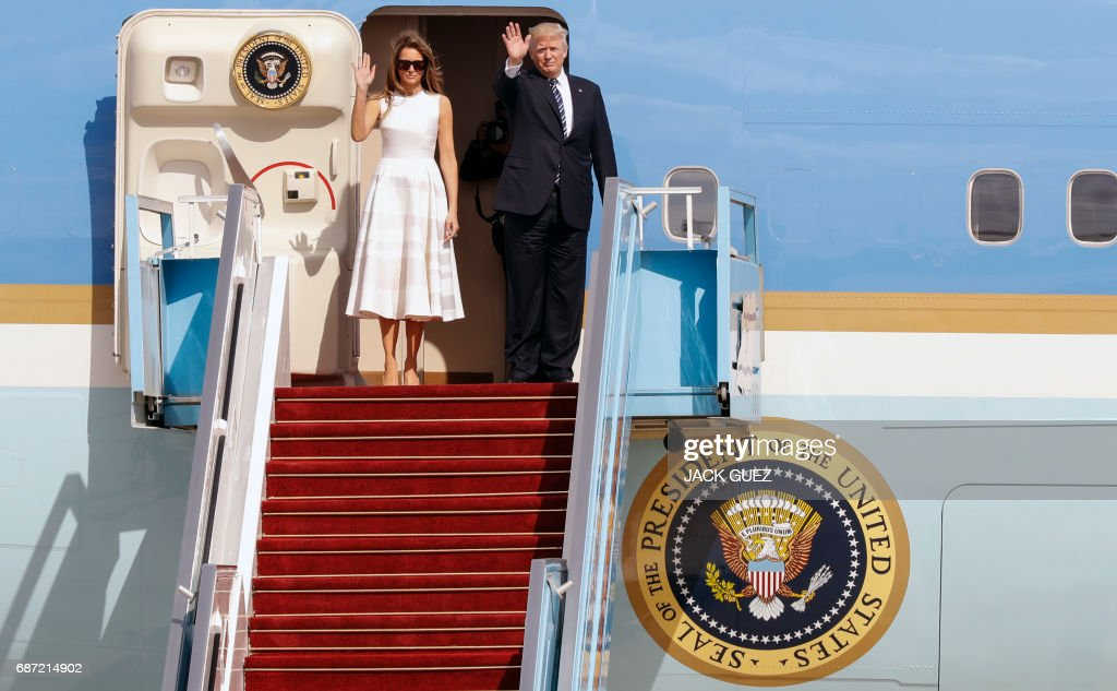 US President Donald Trump (R) and his wife, First Lady Melania Trump, wave goodbye from Air Force One in Ben Gurion International Airport in Tel Aviv on May 23, 2017, prior to their departure for Rome. / AFP PHOTO / Jack GUEZ