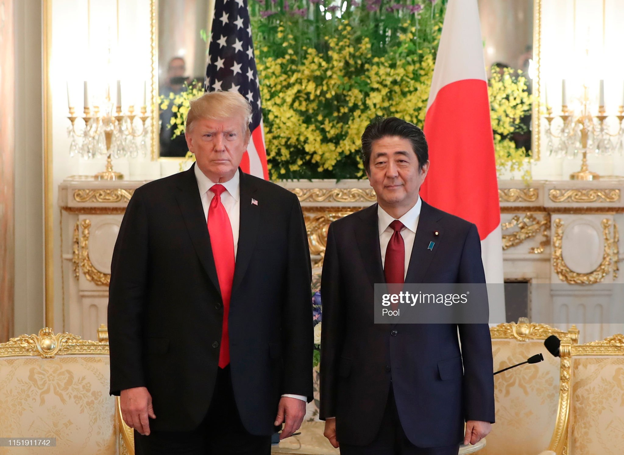¿Cuánto mide Donald Trump? - Estatura real y peso - Real height and weight - Página 6 President-donald-trump-and-japanese-prime-minister-shinzo-abe-pose-a-picture-id1151911742?s=2048x2048
