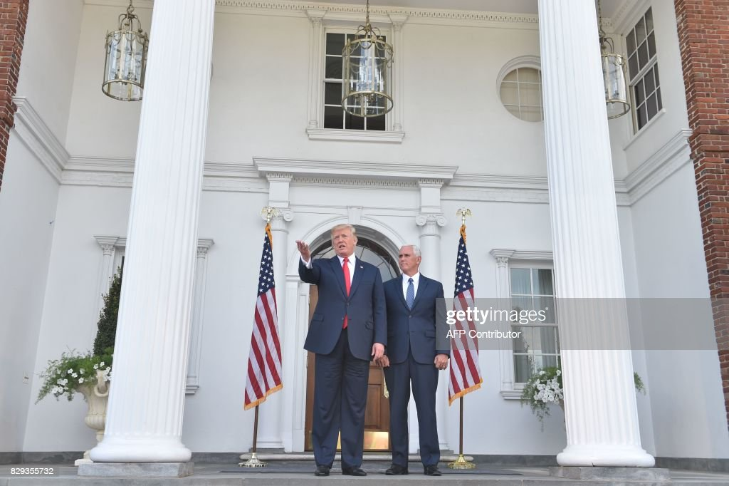 US President Donald Trump and Vice President Mike Pence speak to the press on August 10, 2017, at Trump's Bedminster National Golf Club in New Jersey before a security briefing. / AFP PHOTO / Nicholas Kamm