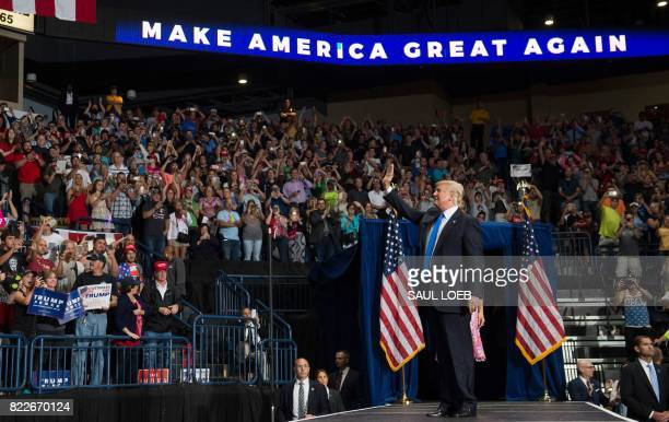US President Donald Trump arrives for a Make America Great Again rally at the Covelli Centre in Youngstown Ohio July 25 2017 / AFP PHOTO / SAUL LOEB